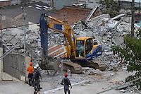GUARULHOS, SP - 03-12-13 - DESABAMENTO DE PRÉDIO DE 5 ANDARES NA CIDADE DE GUARULHOS/SP. Bombeiros usam desencarcerador durante as buscas de possíveis soterrados na manhã desta terça-feira (3), após o desabamento de um prédio de cinco andares na Avenida Presidente Humberto Castelo Branco, em Guarulhos, SP. Mais de 20 equipes do Corpo de Bombeiros de Guarulhos, Suzano e Mogi das Cruzes foram acionadas. Os bombeiros pedem silêncio para que as buscas não sejam atrapalhadas Foto: Geovani Velasquez / Brazil Photo Press