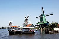 Zaanse Schans. Zaanhopper boot vervoert passagiers van Zaandam via  Zaanse Schans naar Wormerveer