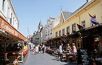 Valkenburg. Straat met veel horeca in het centrum van Valkenburg