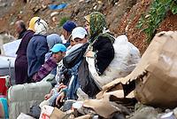 Donna marocchina, portatrice di merci, in fila per accedere ad El Biutz, varco merci illegale di Ceuta verso il Marocco. Ceuta, 8 febbraio 2010<br /> <br /> Moroccan woman, goods bearer, standing in a queue waiting to cross El Biutz, Ceuta illegal goods border to Morocco. Ceuta, February 8, 2010