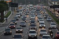 SAO PAULO, SP, 16 DE JULHO DE 2013 – TRÂNSITO EM SÃO PAULO: Trânsito na Av. 23 de Maio, próximo ao Parque do Ibirapuera, zona sul de São Paulo na tarde desta terça feira (16). FOTO: LEVI BIANCO - BRAZIL PHOTO PRESS.