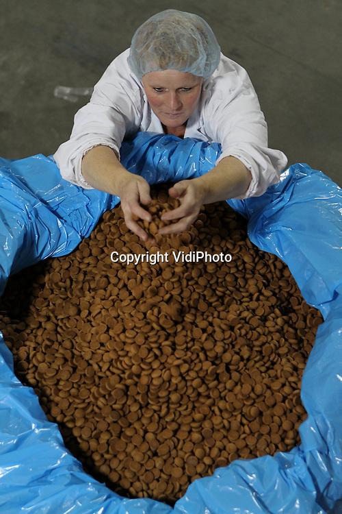Foto: VidiPhoto..HARDERWIJK - Bij de oudste grootste pepernotenfabriek ter wereld, Van Delft Biscuits BV in Harderwijk, draaien de productielijnen donderdag volop. Van Delft levert vanaf september aan vrijwel alle Nederlandse supermarkten zijn pepernoten voor Sinterklaas. Per jaar worden zo'n 6 miljard pepernoten geproduceerd. Het bakken van pepernoten gebeurt al sinds 1880 volgens een geheim recept, dat zorgvuldig in een kluis bewaard wordt. Sinterklaas, die dit jaar aankomt in Harderwijk, komt vooraf zelf de pepernoten keuren.