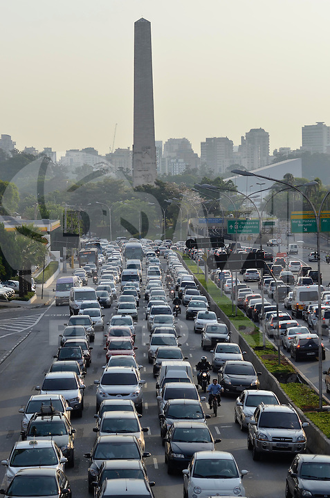 SAO PAULO, SP, 11.10.2013 – TRÂNSITO EM SÃO PAULO: Trânsito na Av. 23 de Maio, próximo ao Parque do Ibirapuera, zona sul de São Paulo na tarde desta sexta feira. Foto: Levi Bianco - Brazil Photo Press.