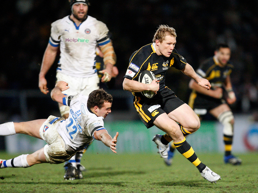 Photo: Richard Lane/Richard Lane Photography..London Wasps v Bath Rugby. Guinness Premiership. 29/12/2007. .Wasps' Josh Lewsey breaks past Bath's Olly Barkley.
