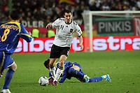 Miroslav Klose (D) setzt sich durch