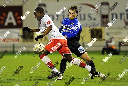 2011-03-03 / Seizoen 2010-2011 / Voetbal / R Antwerp FC - FC Verbroedering Dender EH / Audry Diansangu van Antwerp is Yannick Marchand van Dender te snel af..Foto: mpics