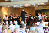 Sinfonieorchester der evangelischen Kirchengemeinde unter der Leitung von Kantor Stefan Küchler tritt beim gut besuchten Cafe für die Sinne auf
