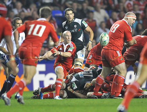 09.10.2010. Heineken Cup London Irish vs Munster  Round 1at Madejski Stadium, Reading, England. Peter Stringer of Munster makes a pass.