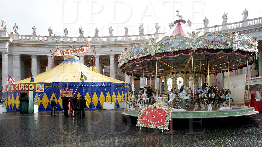 Un tendone da circo ed una giostra allestiti in Piazza San Pietro in occasione dell'udienza del Papa agli artisti dello spettacolo viaggiante nell'aula Paolo VI, Citta' del Vaticano, 1 dicembre 2012, in Vaticano, 1 dicembre 2012..A big top and a merry-go-round set in St. Peter's square in occasion of Pope's audience to circus artists and workers at the Vatican, 1 December 2012..UPDATE IMAGES PRESS/Riccardo De Luca