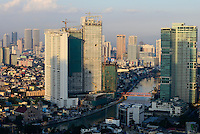 PHILIPPINES, Manila, suburban Makati, view to Pasig River, Mandaluyong City and skysrapers of Pasig City / PHILIPPINEN, Manila, Stadtteil Makati, Hochhaeuser, Fluss Pasig River, Blick zu Mandaluyong City und Pasig City