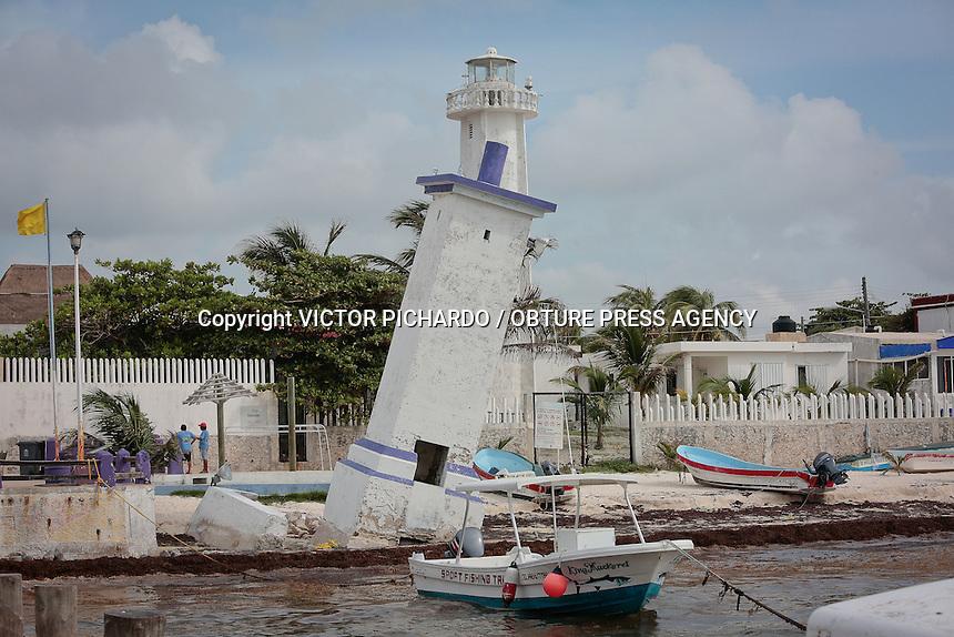 Puerto Morelos, Quintana Roo.- Puerto Morelos está ubicado a 36 km de Cancún; es un pueblo apacible, tranquilo, alejado del ajetreo de otros destinos turísticos de la región. Aqui la pesca deportiva, de consumo y el buceo son de losprincipales atractivos turísticos. En la zona costera del poblado, existían dos estructuras mayas prehispánicas que fueron destruidas para utilizar sus rocas en la construcción del faro que fue inclinado por el huracán Beulah en 1967. Este faro inclinado es el emblema actual de Puerto Morelos. El bajo nivel de las olas permite que aqui se concentre uno de los puntos mas importantes de arrecifes y corales de la Riviera Maya. Puerto Morelos es un excelente lugar para descansar y disfrutar de la belleza natural de Quintana Roo.  Foto: Victor Pichardo / Obture Press Agency