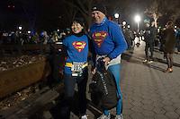NEW YORK - MANHATTAN 01/01/2013 - CAPODANNO A NEW YORK. NELLA FOTO A CENTRAL PARK SI è CORSA LA MIDNIGHT RUN ORGANIZZATA DALLA NEW YORK ROAD RUNNERS - GLI ORGANIZZATORI DELLA NY CITY MARHATON - DIVERSI RUNNERS VESTITI IN MANIERA GOGLIARDICA PRONTI PER LA GARA.FOTO DILORETO ADAMO