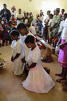 MADAGASCAR Mananjary, Vohilava, village Tanambao North, tribe Tanala, sunday mass, wedding in church / MADAGASKAR Mananjary, Vohilava, Mission Walk, Dorf Tanambao Nord wo Menschen der Volksgruppe der Tanala leben, Sonntagsmesse, Hochzeit in Kirche