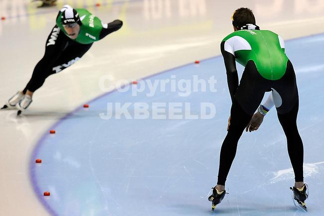 HEERENVEEN - Schaatsen, EK  kwalificatie heren 1500 meter, 27-12-2011, Sven Kramer moedigt Jan Blokhuijsen aan in zijn rit.