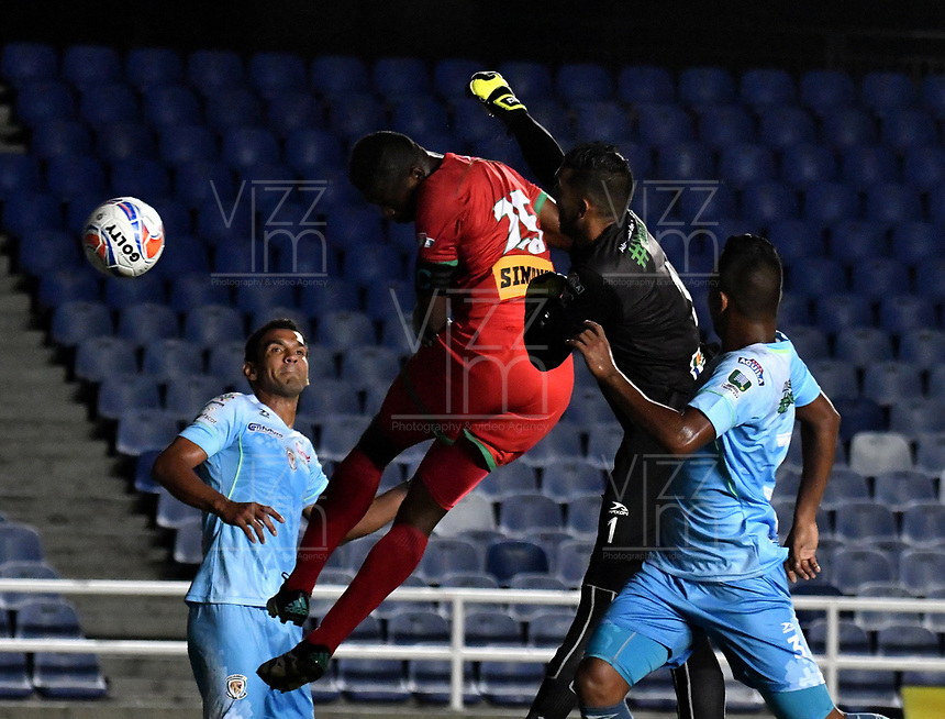 CALI - COLOMBIA – 22 - 09 - 2017: Yair Arrechea (Izq.) jugador de Cortulua, salta a disputar el balón con Sebastian Lopez (Cent.) portero de Jaguares F.C., durante partido entre Cortulua y Jaguares F.C., por la fecha 13 de la Liga Aguila II 2017 jugado en el estadio Pascual Guerrero de la ciudad de Cali. / Yair Arrechea (L) player of Cortulua, jump to vies the ball with Sebastian Lopez (C) goalkeeper of Jaguares F.C., during a match Cortulua and Jaguares F.C., for the date 13th of the Liga Aguila II 2017 played at the Pascual Guerrero stadium in Cali city. Photo: VizzorImage / Luis Ramirez / Staff.