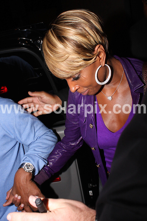 **ALL ROUND EXCLUSIVE PICTURES FROM SOLARPIX.COM**.**WORLDWIDE SYNDICATION RIGHTS**.**NO PUBLICATION IN AUSTRALIA, NEW ZEALAND,.DENMARK, GERMANY OR USA**.Mary J Blige is swarmed by paparazzi outside Villa Lounge in West Hollywood, Hollywood, Los Angeles, California, USA. 11th September 2008..JOB REF: 7307 LAP/HD       DATE: 11_09_2008.**MUST CREDIT SOLARPIX.COM OR DOUBLE FEE WILL BE CHARGED* *UNDER NO CIRCUMSTANCES IS THIS IMAGE TO BE REPRODUCED FOR ANY ONLINE EDITION WITHOUT PRIOR PERMISSION*