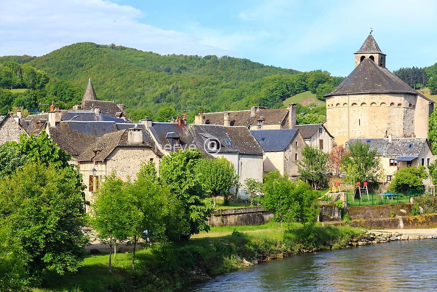 France, Aveyron (12), Sainte-Eulalie-d'Olt, labellisé Les Plus Beaux Villages de France, le village, l'église et le Lot // France, Aveyron, Sainte Eulalie d'Olt, labelled Les Plus Beaux Villages de France (The most beautiful villages of France), the vilage, the church and the Lot