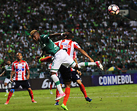 CALI - COLOMBIA - 13 - 07 - 2017: Luis Orejuela (Izq.) jugador de Deportivo Cali de disputa el balon con German Henao (Der.) jugador de Atletico Junior, durante partido de ida de la segunda fase llave 2 entre Deportivo Cali de Colombia y Atletico Junior de Colombia, por la Copa Conmebol Suramericana en el estadio Deportivo Cali (Palmaseca) de la ciudad de Cali. / Luis Orejuela (L) player of Deportivo Cali vies for the ball with German Henao (R) player of Atletico Junior, during a match for the first leg between Deportivo Cali of Colombia and Atletico Junior of Colombia, of the second phase key 2 for the Copa Conmebol Suramericana at the Deportivo Cali (Palmaseca) stadium in the city of Cali.  Photo: VizzorImage / Nelson Rios / Cont.