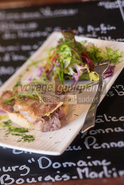 France, Ille-et-Vilaine (35), Côte d'Emeraude, Dinard: tartine de pieds de porc croustillants recette de  Violaine Cocault restaurant: Le Balafon