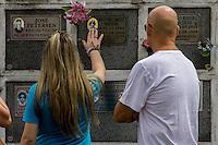 São Caetano do Sul, SP, 02.11.2014 - FINADOS - Homenagens e visitas ao jazigos do Cemitério da Lágrimas na cidade de São Caetano do Sul na manha desse domingo, 02. (Foto: Renato Mendes / Brazil Photo Press)