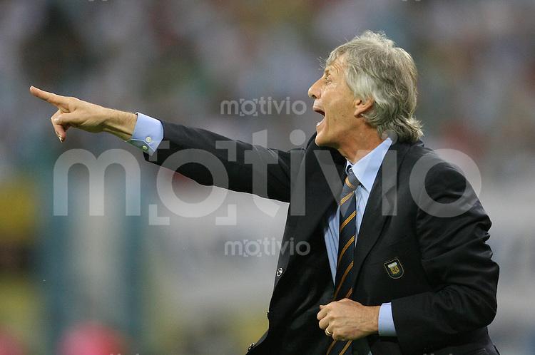 Fussball WM 2006  Achtelfinale Nationalmannschaft Argentinien Jose Pekerman (Trainer ARG) gibt Anweisungen