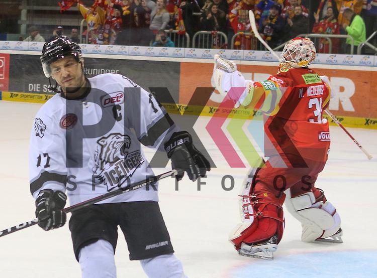 Duesseldorfs Goalie Mathias Niederberger (Nr.35)  bejubelt den Sieg, nachdem Nuernbergs Patrick Reimer (Nr.17)  den vierten Penalty verschossen hat beim Spiel in der DEL Duesseldorfer EG (rot) - Nuernberg Ice Tigers (weiss).<br /> <br /> Foto &copy; PIX-Sportfotos *** Foto ist honorarpflichtig! *** Auf Anfrage in hoeherer Qualitaet/Aufloesung. Belegexemplar erbeten. Veroeffentlichung ausschliesslich fuer journalistisch-publizistische Zwecke. For editorial use only.