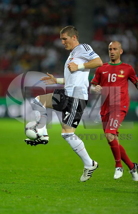 LVIV, UCRANIA, 09 JUNHO 2012 - EURO 2012 - ALEMANHA X PORTUGAL  - Bastian Schweinsteiger (E) jogador da Alemanha durante lance contra Portugal em  partida valida pelo grupo B da Euro 2012  na cidade Lviv na Ucrania neste sábado dia 09. (FOTO: BERND FEIL / PIXATHLON / BRAZIL PHOTO PRESS).