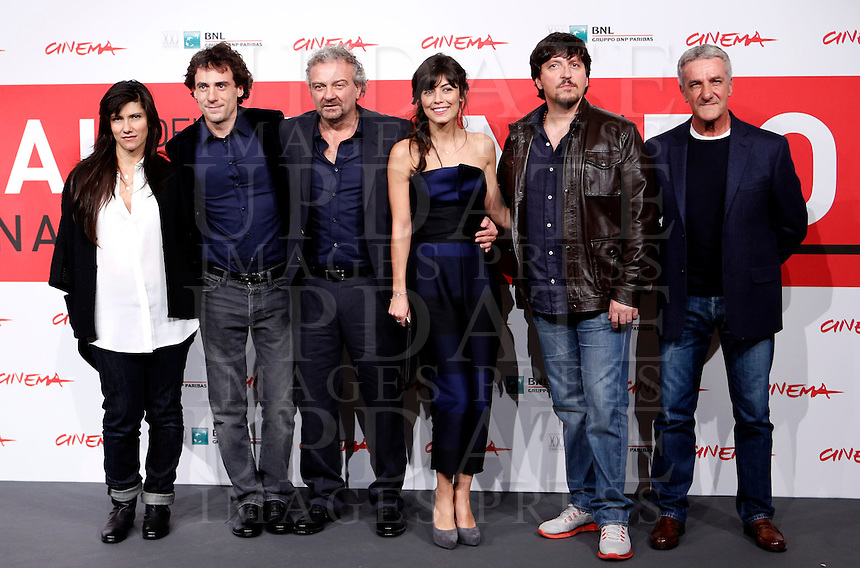 "Da sinistra, la cantautrice Elisa, l'attore Elio Germano, il regista Giovanni Veronesi, l'attrice Alessandra Mastronardi e gli attori Ricky Memphis ed Ernesto Fioretti posano sul red carpet per la presentazione del film ""L'ultima ruota del carro"" all'ottava edizione del Festival Internazionale del Film di Roma, 8 novembre 2013.<br /> From left, Italian singer-songwriter Elisa, actor Elio Germano, director Giovanni Veronesi, actress Alessandra Mastronardi and actors Ricky Memphis and Ernesto Fioretti pose on the red carpet to present the movie ""L'ultima ruota del carro"" during the 8th edition of the international Rome Film Festival at Rome's Auditorium, 8 November 2013.<br /> UPDATE IMAGES PRESS/Isabella Bonotto"
