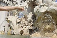 Roma,19 luglio 2010.Piazza Navona.I comitati per il referendum sull'acqua pibblica.consegnano 1 milione e 400 mila firme raccolte.The committees for the referendum on water pibblica..deliver 1 million and 400 thousand signatures collected.