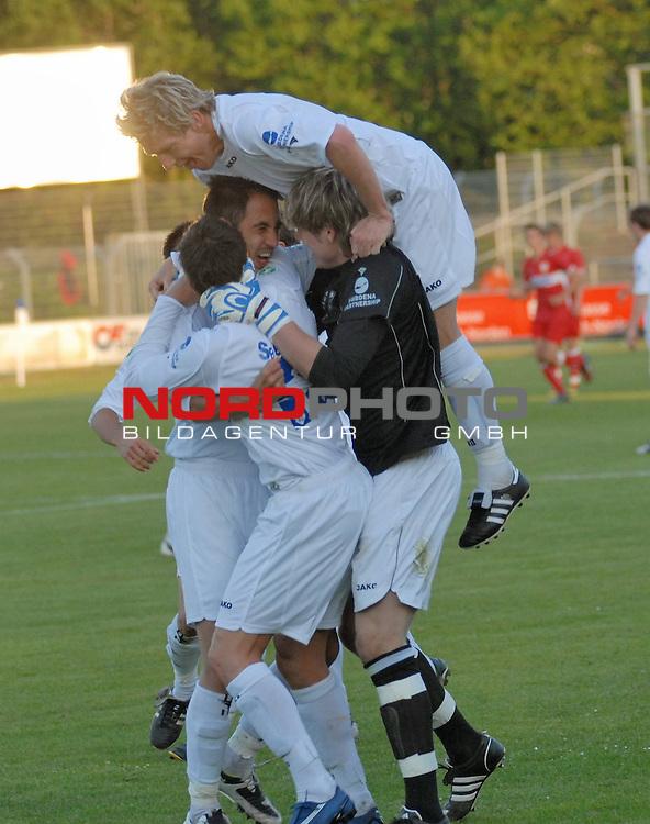 3. FBL 2008/2009 36. Spieltag RŁckrunde BSV Kickers Emden vs. VfB Stuttgart II, Emder Jubel nach dem Siegtreffer von Andy Nšgelein , Foto © nph (nordphoto)