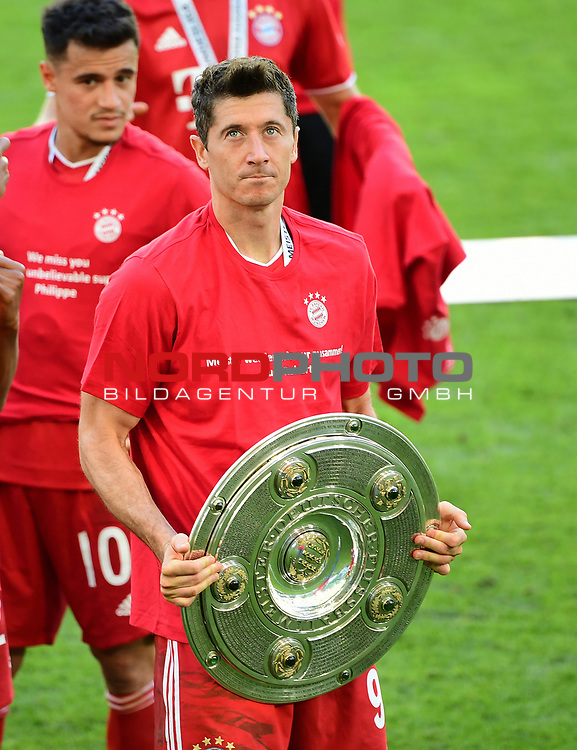 Deutscher Meister 2020, FC Bayern Muenchen, Robert Lewandowski mit Meisterschale<br /> Wolfsburg, 27.06.2020: nph00001: , Fussball Bundesliga, VfL Wolfsburg - FC Bayern Muenchen 0:4<br /> Foto: Tim Groothuis/Witters/Pool//via nordphoto<br />  DFL REGULATIONS PROHIBIT ANY USE OF PHOTOGRAPHS AS IMAGE SEQUENCES AND OR QUASI VIDEO<br /> EDITORIAL USE ONLY<br /> NATIONAL AND INTERNATIONAL NEWS AGENCIES OUT