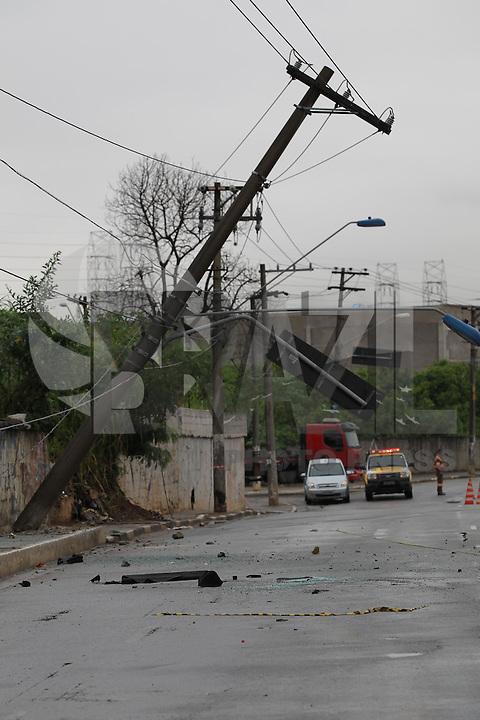 SAO PAULO, SP, 23FEVEREIRO 2013, ACID V. PRUDENTE. Um motorista perdeu o controle de seu veiculo bateu contra um poste e capotou na madrugada desse Sabado (23), o veiculo só parou cerca de 100 metros após a colisão. O acidente aconteceu na Av. Dr. Francisco Mesquita na Vila Prudente no sentido de São Caetano do Sul. O motorista ficou ferido e foi socorrido ao hospital pelos bombeiros. Luiz GUarnieri/ Brazil Photo Press.