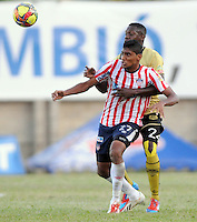 ITAG†ê -COLOMBIA-16-11-2013. Luis Carlos Ruiz ( Izq) jugador del Atletico Junior disputa el balon contra  Erwin Maturana del Itagui ,partido correspondiente  a la primera fecha de los cudrangulares  finales de la Liga Postobon II semestre ,estadio Metropolitano  de Itagui / Luis Carlos Ruiz (L) Atletico Junior player dispute the ball against Erwin Maturana  of Itagui game for the first date of the end of the League cudrangulares Postobon II semester Itagui Metropolitan StadiumPhoto:VizzorInage / Luis Rios / Stringer
