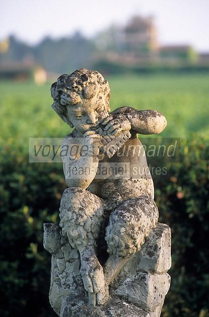 Europe/France/Aquitaine/33/Gironde/Martillac: château de Smith Haut-Lafitte (AOC Pessac Léognan )- Détail statue dans le vignoble et le château en fond