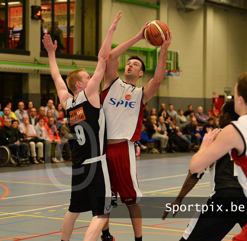 BBC izegem - Melco Ieper B : Nils Vanhassel aan de bal voor de blokkende Rienert Torreele (links)<br /> foto VDB / BART VANDENBROUCKE