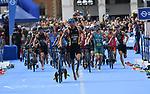 06.07.2019,  Innenstadt, Hamburg, GER, Hamburg Wasser World Triathlon, Elite Mainner, im Bild die Fuehrenden beim Wechsel auf dem Rathausmarkt vom Fahrrad zum Laufen Foto © nordphoto / Witke *** Local Caption ***