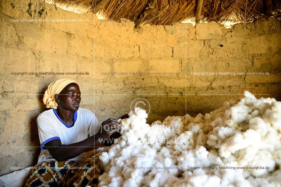 BURKINA FASO, village GOUMSIN near SAPONE, organic and fair trade cotton farming, manual harvest at farm of woman farmer HÉLÈNE KABRE, storage in clay hut / fair gehandelte Biobaumwolle, Ernte bei Kleinbaeuerin HÉLÈNE KABRE, Zwischenlagerung in Lehmhuette
