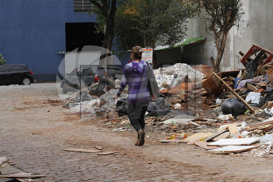 SÃO PAULO 25 DE MARÇO DE 2013 - ENTULHOS -  Entulhos jogados na rua Leopoldo Figueiredo x Presidente Wilson no bairro vila Carioca, impossibilitando a passagem de veículos,nessa segunda-feira 25.FOTO: MICHELLE SPREA/BRAZIL PHOTO PRESS.