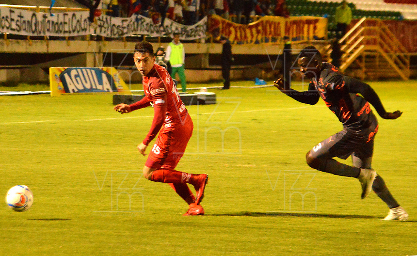 TUNJA - COLOMBIA, 28-09-2018: Julián Buitrago (Izq.) jugador de Patriotas F. C., disputa el balón con Jesús David Murillo (Der.) jugador de Deportivo Independiente Medellín, durante partido entre Patriotas F. C. y Deportivo Independiente Medellín, de la fecha 12 por la Liga de Aguila II 2018  en el estadio La Independencia en la ciudad de Tunja. / Julian Buitrago (L) of Patriotas F. C., figths the ball with Jesus David Murillo (R) player of Deportivo Independiente Medellin, during a match between Patriotas F. C. and Deportivo Independiente Medellin, of the 12th date for the Liga de Aguila II 2018 at La Independencia stadium in Tunja city. Photo: VizzorImage  /  José Miguel Palencia / Cont.