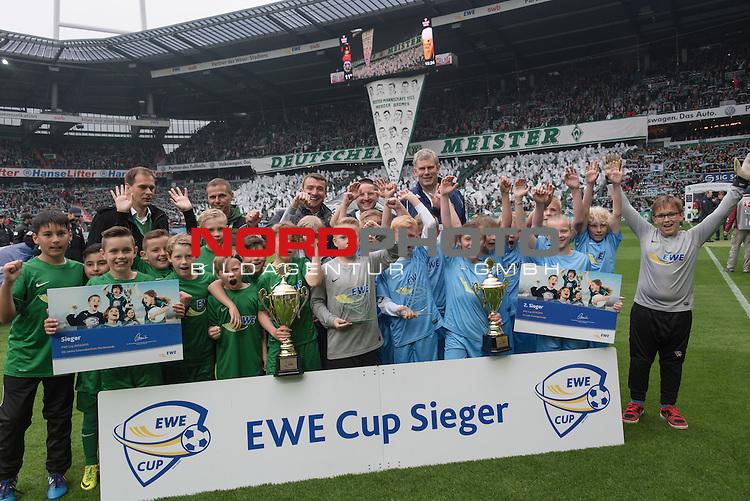 16.05.2015, Weser Stadion, Bremen, GER, 1.FBL. Werder Bremen vs Borussia Moenchengladbach, im Bild<br /> <br /> Endspielteilnehmer nach der Siegerehrung mit Klaus Filbry (Gesch&auml;ftsf&uuml;hrer Werder Bremen) und Peter G&ouml;ttelmann (Marketingleiter EWE)<br /> <br /> Foto &copy; nordphoto / Kokenge