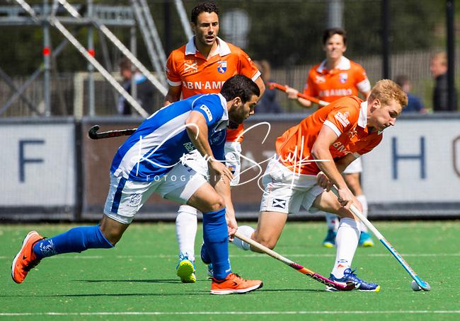 BLOEMENDAAL  -   Daniel Beale (Bloemendaal)  met Salva Piera (Kampong) tijdens  de play offs heren hoofdklasse Bloemendaal-Kampong (0-2) . Kampong plaatst zich voor de finale.  COPYRIGHT KOEN SUYK