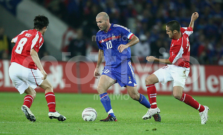 Fussball International WM Qualifikation Schweiz - Frankreich Ricardo Cabanas (SUI,re) gegen Zinedine Zidane (FRA,mitte) und Raphael Wicky (SUI)