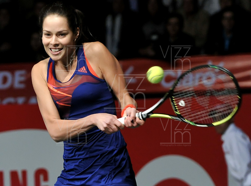 BOGOTA – COLOMBIA-06-12-2013: Ana Ivanovic, tenista de Serbia, devuelve la bola a Maria Sharapova, tenista de Rusia, durante partido de exhibición en el Coliseo El Campin en la ciudad de Bogota. / Ana Jancovic, Serbian Tennis player, return the ball to Maria Sharapova, Russian tennis player during an exhibition game in the Coliseo El Campin in  Bogota City. / Photo: VizzorImage / Luis Ramirez / Staff.