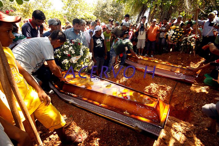 Marabá - PA - 26 - 05 - 2011 -  Foram enterrados, na manhã desta quinta-feira, 26, no cemitério municipal de Marabá, os corpos dos extrativistas José Cláudio Ribeiro da Silva e Maria do Espírito Santo. O casal foi assassinado a tiros na tarde de terça-feira (24), próximo ao assentamento onde moravam,  na zona rural de Nova Ipixuna. O enterro, que aconteceu pouco antes do meio-dia, foi precedido de um cortejo pelas ruas de Marabá, acompanhado por cerca de cinco mil pessoas. Além dos familiares do casal, havia muitas pessoas ligadas ao Movimento dos Trabalhadores Rurais Sem terra (MST) e à Federação dos Trabalhadores na Agricultura (Fetagri)<br /> <br /> Foto - Raimundo Paccó