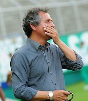 CALI - COLOMBIA -13-07-2016: Arturo Boyaca, técnico de La Equidad, durante partido entre Deportivo Cali y La Equidad, por la fecha 3 de la Liga Aguila II-2016, jugado en el estadio Deportivo Cali (Palmaseca) de la ciudad de Cali. / Arturo Boyaca, coach of La Equidad, during a match between Deportivo Cali and La Equidad for the date 3 for the Liga Aguila II-2016 at the Deportivo Cali (Palmaseca) stadium in Cali city. Photo: VizzorImage  / Nelson Rios / Cont