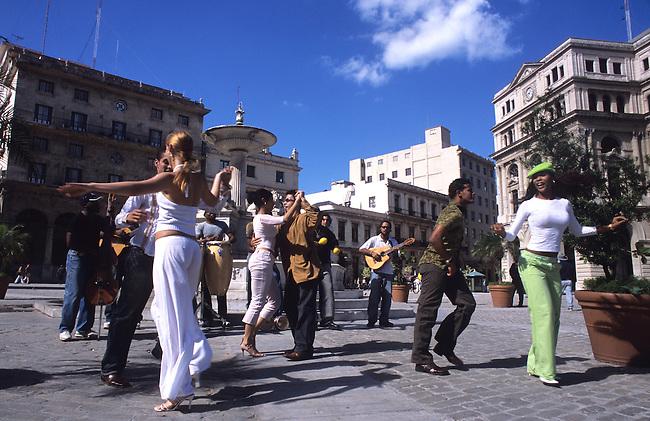 Cuba, La Havane, danse cubaine dans la rue. *** Cubans dancing in the street, Havana, Cuba.