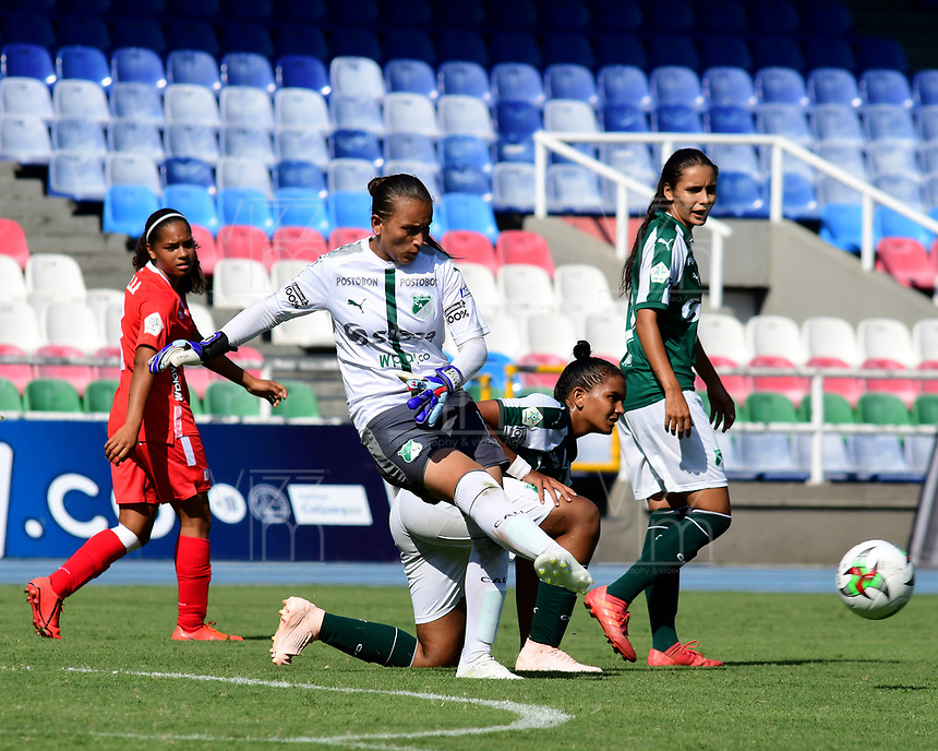 CALI - COLOMBIA, 10-08-2019: Jessica Correa arquero del Cali en acción durante partido por la fecha 5 de la Liga Femenina Águila 2019 entre América de Cali y Deportivo Cali jugado en el estadio Pascual Guerrero de la ciudad de Cali. / Jessica Correa goalkeeper of Cali in action during match for the date 5 as part of Aguila Women League 2019 between America de Cali and Deportivo Cali played at Pascual Guerrero stadium in Cali. Photo: VizzorImage / Nelson Rios / Cont