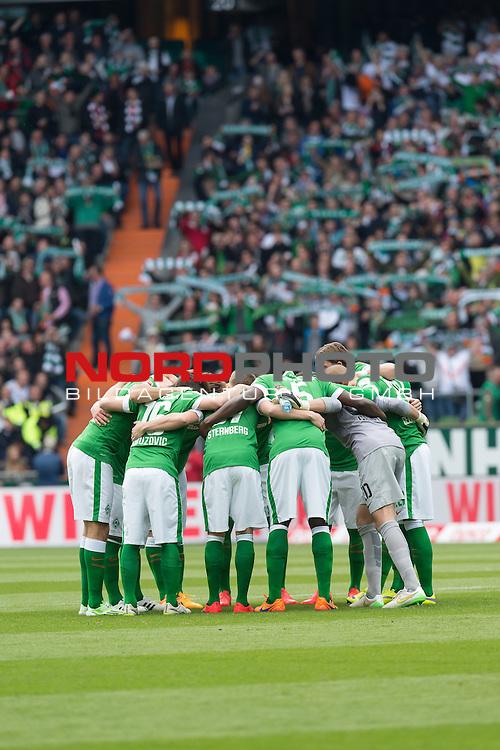 02.05.2015, Weser Stadion, Bremen, GER, 1.FBL. Werder Bremen vs Eintracht Frankfurt, im Bild<br /> <br /> <br /> Mannschaftskreis vor dem Spiel<br /> <br /> <br /> Foto &copy; nordphoto / Kokenge