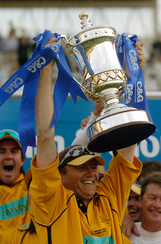 Photo: Glyn Thomas..Hampshire v Warwickshire. C&G Trophy Final..03/09/2005..Hampshire's Shaun Udal with the trophy.