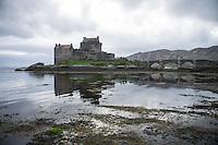 Eilean Donan Castle nahe der Ortschaft Dornie  im Loch Duich und Loch Alsh in den North West Highlands.<br /> Das Castle wurde 1214 vom Clan der MacKenzies erbaut und spaeter waehrend des Jacobiner-Aufstands zerstoert. Anfang des 20.Jh. wurde es orginalgetreu wiedererbaut.25.5.2015, Highlands/Schottland<br /> Copyright: Christian-Ditsch.de<br /> [Inhaltsveraendernde Manipulation des Fotos nur nach ausdruecklicher Genehmigung des Fotografen. Vereinbarungen ueber Abtretung von Persoenlichkeitsrechten/Model Release der abgebildeten Person/Personen liegen nicht vor. NO MODEL RELEASE! Nur fuer Redaktionelle Zwecke. Don't publish without copyright Christian-Ditsch.de, Veroeffentlichung nur mit Fotografennennung, sowie gegen Honorar, MwSt. und Beleg. Konto: I N G - D i B a, IBAN DE58500105175400192269, BIC INGDDEFFXXX, Kontakt: post@christian-ditsch.de<br /> Bei der Bearbeitung der Dateiinformationen darf die Urheberkennzeichnung in den EXIF- und  IPTC-Daten nicht entfernt werden, diese sind in digitalen Medien nach &sect;95c UrhG rechtlich geschuetzt. Der Urhebervermerk wird gemaess &sect;13 UrhG verlangt.]